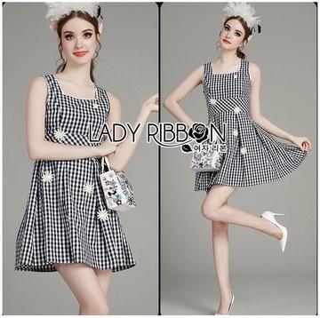 Lady Ribbon Online ขายส่งเสื้อผ้าออนไลน์ ขายส่งของแท้พร้อมส่ง Lady Ribbon LR21250716 &#x1F380 Lady Ribbon's Made &#x1F380 Lady Jennifer Summery Pretty Daisy Embroidered Plaid Dress สำเนา