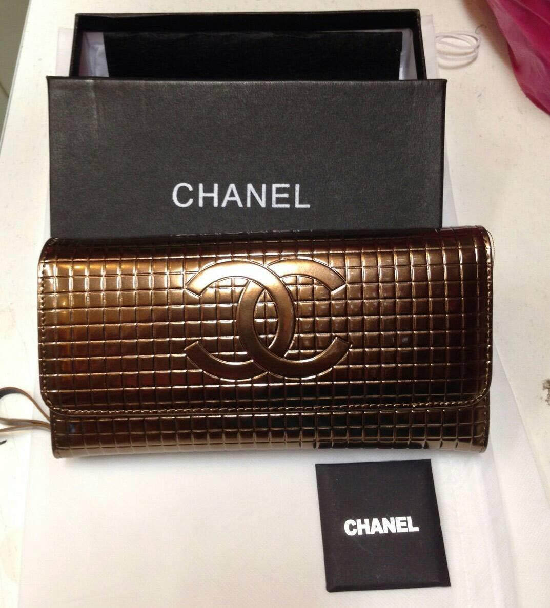 กระเป๋าคลัชchanel หนังแท้ทั้งใบreal Leather เปนกระเป๋าตังค์ได้ด้วยค่ะมีสายยาวเปนสายโซ่นะคะ อะหลั่ยทอง สายยาวเปนสายโซ่สีทอง มาพร้อมการ์ด กล่อง อุปกรณ์ครบขนาดปั๊มแบรนด์chanelในหนังด้านหน้า