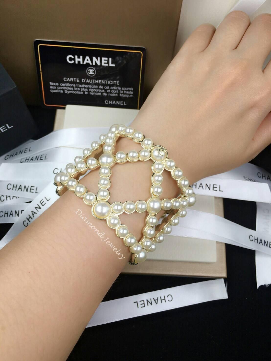Chanel Cuffs งานมุก ตัวเรือนสีทอง ประดับโลโก้ชาแนลที่มุก เกรดพรีเมี่ยม