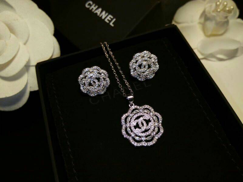 Chanel Earring & Necklace ต่างหู+สร้อย Chanel งานเพชร CZ แท้ เกรดจิวเวอรี่อย่างดี ตัวเรือนสีเงินชุบ 18KGP ไม่ลอกไม่ดำ