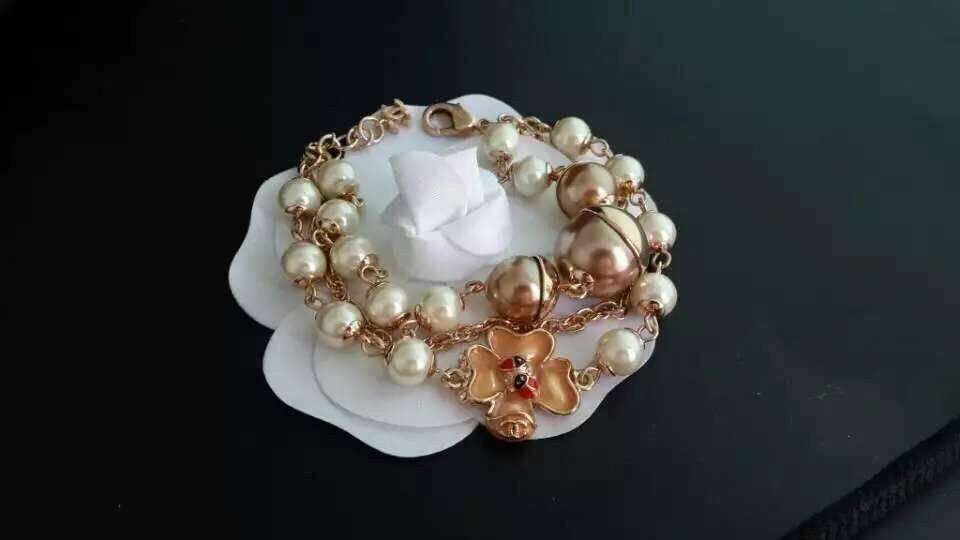 Chanel Bracelet สร้อยข้อมือมุก Chanel งานเกรดซุปเปอร์ไฮเอน มุกญี่ปุ่นเงาวิ้งสวยเหมือนมุกแท้เลย ประดับอะไหล่ลง enamel