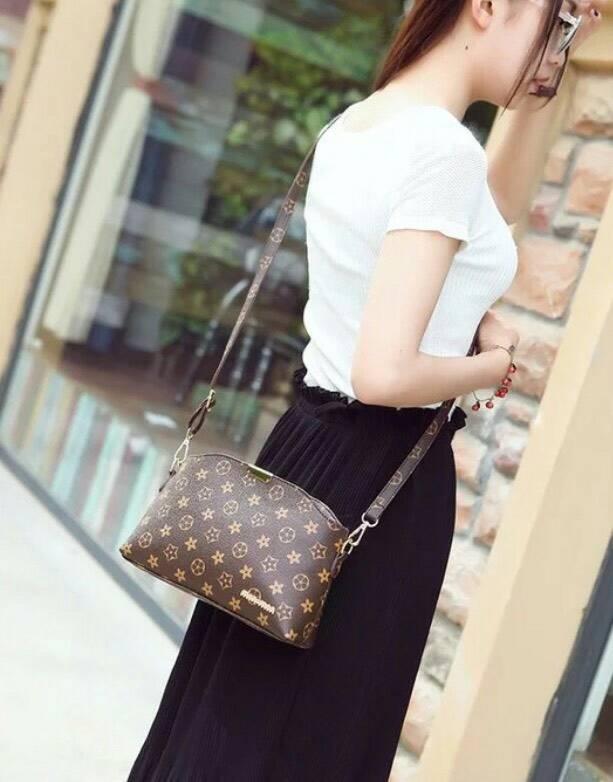 Louis Vuitton mini crossbady bag กระเป๋าสะพายลาย Lv monogram ขนาดกระทัดรัด งานน่ารักน่ารักอีกแล้วคะ หนังดีมีสายยาวปรับได้คะ