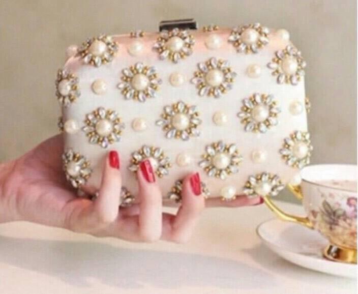 หากคุณกำลังมองหากระเป๋าครัสสวยๆเริ่ดๆอยู่ต้องใบนี้เลยคะ ด้วยวัสดุหนังซาตินแล้วยังประดับด้วยดอกไม้คริสตัลเกสรมุกด้วยคะ