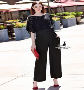 จั้มสูทขาวยาว ดีไซน์ตัวเสื้อใช้ผ้าลูกไม้ทอลายโทนสีดำ