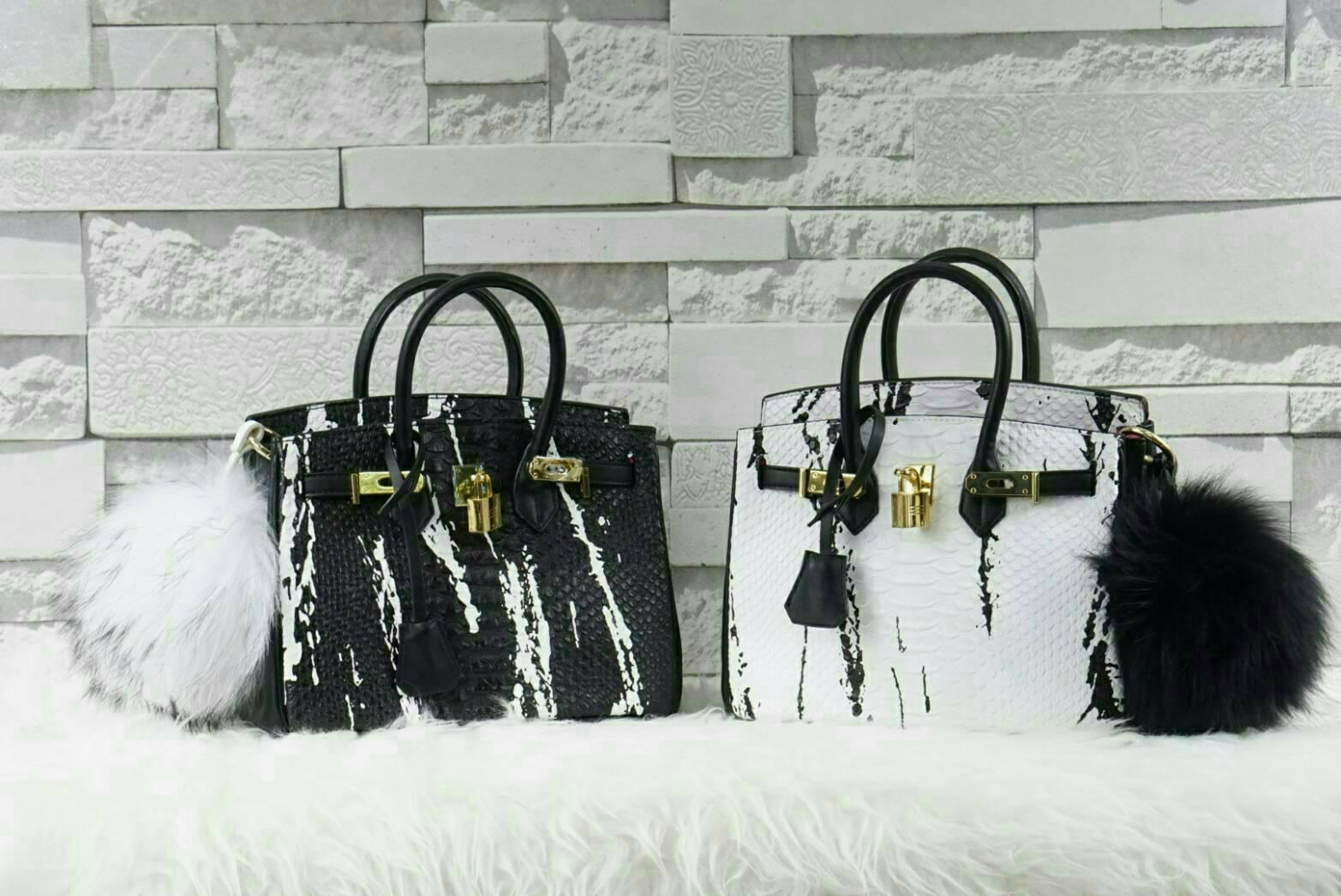 n อีกตัวที่ขอแนะนำเลยค่าา สาดสีใส่ตัวกระเป๋าได้แจ่มมากๆ กระเป๋าทรงสวย มาพร้อมอุปกรณ์แน่นๆ เหมือนเดิมเลยค่า