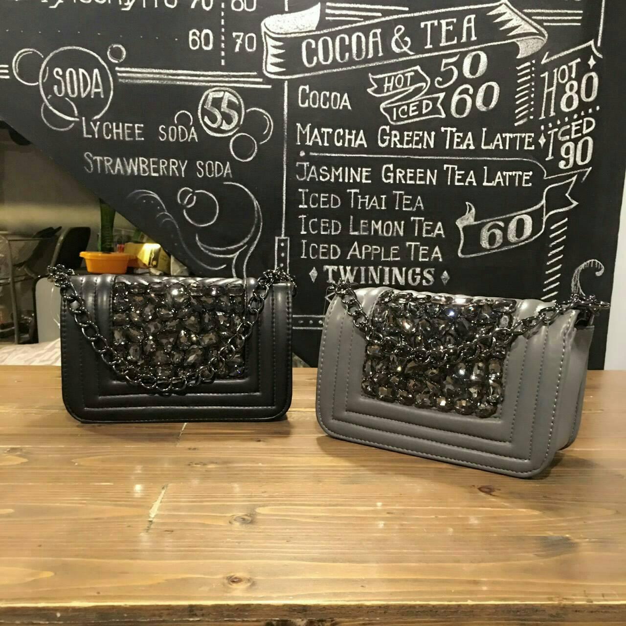 งานแฟชั่น ทรง chanel ติดเพชรด้านหน้า วิบวับสุดๆ งานสวยทรงกล่อง อะไหล่รมควันสีดำ ขับให้กระเป๋าดูดีมีราคาสุดๆ ช่องด้านในกว้าง ในของได้เยอะเลย