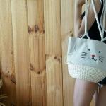 กระเป๋าผ้าสุดฮิตในเกาหลี ญี่ปุ่น งานปักหน้าแมวน่ารักฝุดๆ ด้านบนรูดปิดได้กันของร่วง น้ำหนักเบาเว่อร์ ด้านล่างของฐานกระเป๋าเปนงานสาน เพื่อที่เวลาใส่ของจะไม่ถ่วงไปกว่านี้นะคะ เพราะทำมาถ่วงกำลังสวยแล้วจ้าสีเดียว