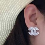 Chanel Earring เพชรปาเกต ประดับมุกปลายตัวซี เพชรเรียงเม็ด น้ำหนักเบา ตัวเรือนสีเงิน งานชุบ 18KGP ไม่ลอกไม่ดำ