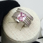 Diamond Ring งานเพชร CZ แท้ แหวน 2 วง เพชรเม็ดชูขนาด 1 กะรัตทรง princess cut ประดับพลอยชมพูอ่อน