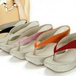 รองเท้าส้นเตารีด หน้าคีบหลังสูง 4 นิ้ว เสริมหน้า 1.5 นิ้ว ผ้ากำมะหยี่ 4 สี ส้นปุผ้าทอสีครีมตัดด้วยผ้ากำมะหมี่สีสวยทรงเสริมหน้าเพื่มความสะบายเท้ารับน้ำหนักจาการเดินได้ดี