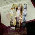 Cartier Bracelet รุ่นใหม่ล่าสุด รุ่นเพชร 3 แถว โลโก้คาเทียร์ รุ่นนี้มีไขควงให้ด้วยนะคะ งานไขน็อต งานเหมือนในช็อปเป๊ะ ตัวเรือนมี 3 สี สีเงิน/ทอง/พิ้งโกล