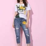 เสื้อยืดคอกลม+กางเกงยีนส์ขายาว ตัวเสื้อเปนเสื้อยืดกลมสีขาว เนื้อดีมากค่ะ เพิ่มความเด่นด้วยการแต่งดอกไม้แต่งด้วยเลื่อมเย็บติดด้านหน้าค่ะ