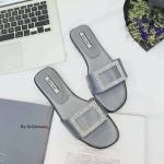 รองเท้าแตะแบบสวมลำลอง วัสดุทำจากผ้าซาติน งานจริงสวยงามมาก อะไหล่ติดเพรชคริสตัสเรียงกันสวย เกร๋ๆ แบบไม่ซ้ำใครพื้นนิ่ม สวมใส่ง่าย ใส่สบาย ชิวๆ ดีไซน์หรูหราอาราเร่เลยจ้า