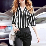 ชุดเซตกางเกงขาวดำ สามารถใส่แบบลำลองได้คะ ตัวเสื้อเป็นคอวีขาวดำลายทาง สวมหัวแขนเลยศอกคะ