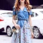 ชุดเดรส+เข็มขัด เสื้อเป็นผ้ายีนส์เนื้อดีมาก ผ้านุ่มใส่สบาย ฟอกสีสวย ทรงคอวี ป้ายอก มีกระเป๋า 2 ข้าง เอวยาง กระโปรงผ้าชีฟองพิมพ์ลายดอกสีฟ้า ซับในสีฟ้า งานพิมพ์สีสวยสดคมชัด
